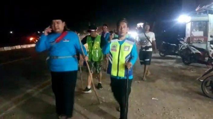 Aksi longmarch yang dilakukan gabungan lintas Ormas, OKP dan LSM dari Cirebon menuju Jakarta di Jalur Pantura Indramayu, Sabtu (1/5/2021) malam.