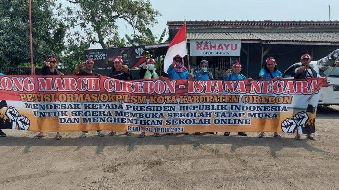 DEMI KBM Tatap Muka, 12 Orang Jalan Kaki dari Cirebon ke Istana Negara Jakarta sambil Bawa Petisi