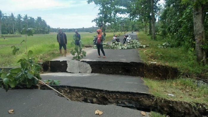 Jalan Menuju Wisata Sayang Heulang Garut Ambles & Terputus, Warga Harus Lewat Jalan Desa Mancagahar