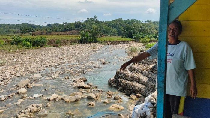 Warga Terpaksa Tinggal di Kelas atau Balai Desa Karena Khawatir Rumahnya Tergerus Sungai Cibodas