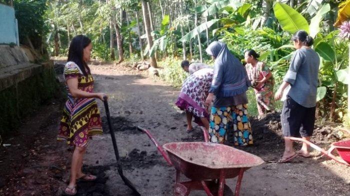 Tangkap Layar Kegiatan Ibu-ibu dan Postingan dimedsos, Ketika Memperbaiki Jalan Yang Rusak di Desa Banjarharja, Kecamatan Kalipucang, Kabupaten Pangandaran, Jawa Barat