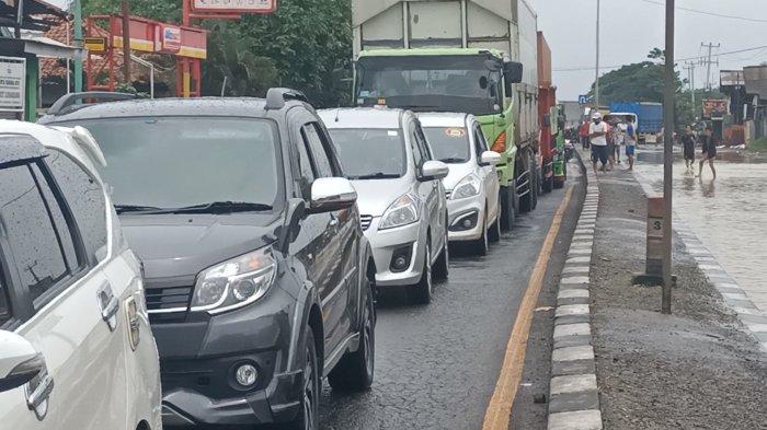 Jalur Pantura Indramayu Padat Merayap, Antrean Kendaraan Sampai 2 Kilometer Akibat Banjir