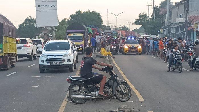 Jalur Pantura Indramayu Padat Merayap Banjir Datang Warga Panik dan Berkumpul di Tepian Jalan