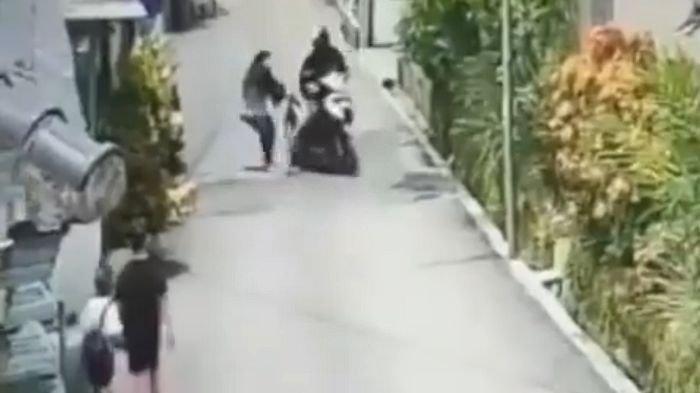 TEREKAM CCTV, Wanita Berkerudung Dijambret Hingga Terseret, Pelaku Pakai Motor dan Helm Ojek Online