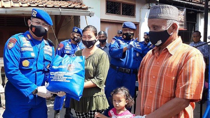 Jelang HUT ke-70, Ditpolairud Polda Jabar Bagikan Sembako kepada Warga Terdampak Pandemi Covid-19