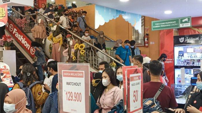Suasana masyarakat yang berbelanja di Yogya Toserba Indramayu, Minggu (9/5/2021).