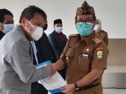 Bupati Cirebon, Imron Rosyadi (kanan), saat menyerahkan kadeudeuh kepada perwakilan PNS di Aula BKPSDM Kabupaten Cirebon, Jalan Sunan Muria, Kecamatan Sumber, Kabupaten Cirebon, Senin (19/4/2021).