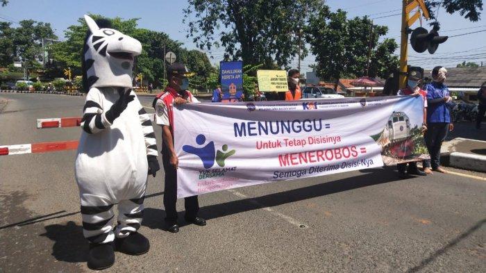 Jelang Ramadan, PT KAI Daop 3 Cirebon Sosialisasi Keselamatan Berkendara di Perlintasan