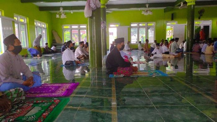 MUI Jabar: Salat Jumat Dua Gelombang Enggak Sah, Kalau di Dalam Tak Cukup Bisa Pakai Halaman Masjid