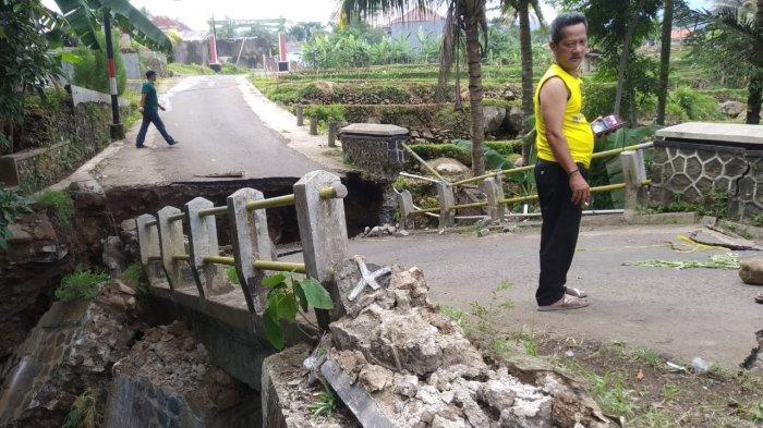 Jembatan Ambruk di Desa Ciherang Akibat Pondasi Terkikis Aliran Sungai