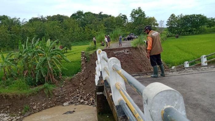 Jembatan Ambruk di Perbatasan Kuningan - Cirebon, Akses Warga di Kawasan  Ambruk