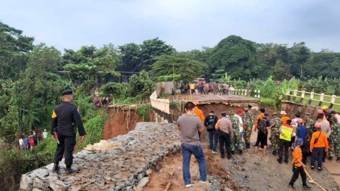 Suami Syok Lihat Istri Tercinta Jatuh Terbawa Jembatan yang Tiba-tiba Ambruk di Purwakarta