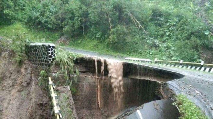 Jembatan Citalegong Ambruk Dihantam Material Longsor, Jalur Provinsi Talegong-Cisewu Terputus