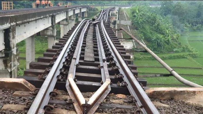 Kondisi jembatan kereta api yang terkikis di Km 305+5/6 jalur hulu antara Linggapura - Bumiayu, Jawa Tengah, belum lama ini.