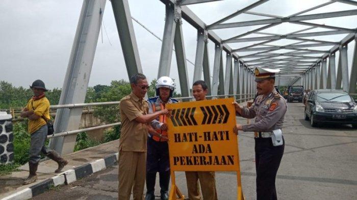 Sempat Ditutup Jembatan Monjot Kembali Dibuka oleh Satlantas Polres Majalengka