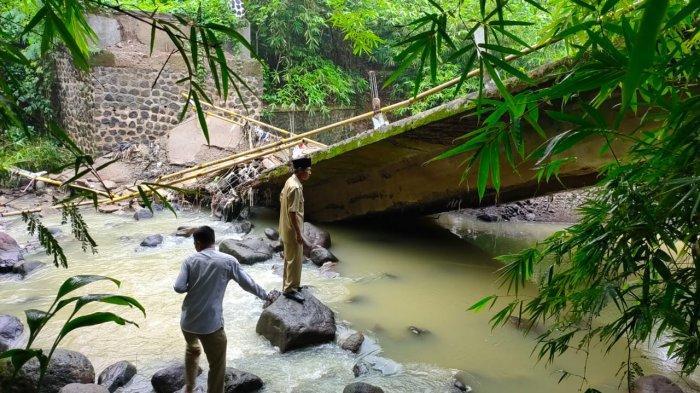 Baru 4 Tahun Dibangun dengan Biaya Pembangunan Rp500 Juta, Jembatan Ciherang Sudah Ambruk Lagi