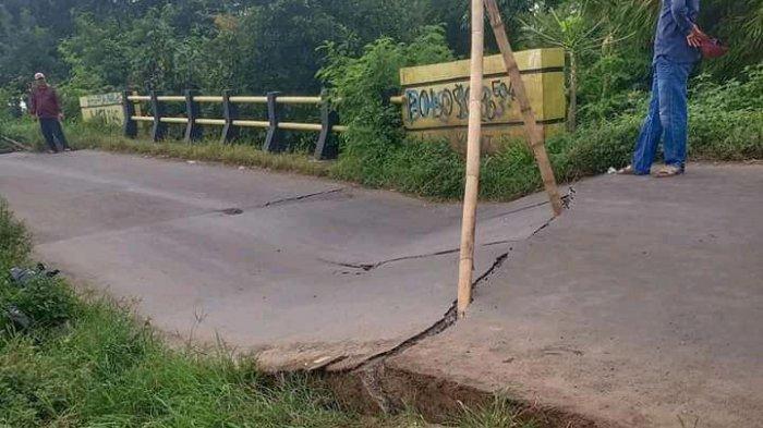 Ada Retakan pada Aspal Jembatan Antar Kecamatan di Indramayu, Warga Pasang Barikade Khawatir Roboh