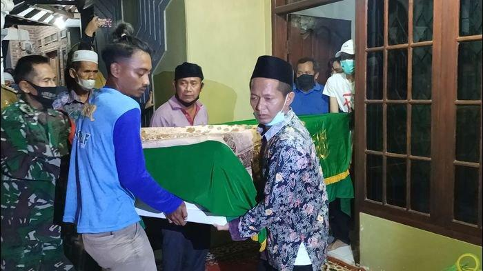 Jenazah AF (18) saat hendak diantar ke pemakaman di rumah duka di Desa Juntikedokan, Kecamatan Juntinyuat, Kabupaten Indramayu, Selasa (20/4/2021) malam.