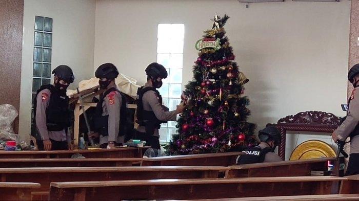 Jelang Perayaan Natal, Personel Unit Jibom Satbrimob Polda Jabar Sterilkan Gereja di Kuningan