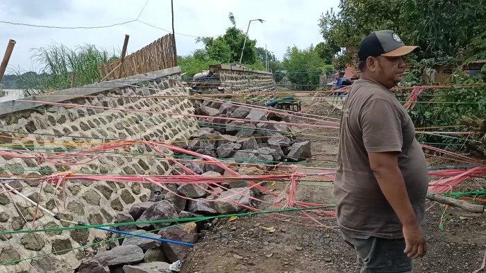 Tanggul Sungai Cimanuk yang ambrol di Desa Rambatan Kulon Blok Jambu Air, Kecamatan Lohbener, Kabupaten Indramayu, Kamis (18/2/2021).