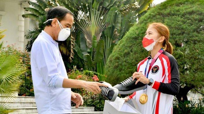 Bertemu Kontingen Olimpiade, Presiden Jokowi Beli Sepatu Sneaker Buatan Greysia Polii