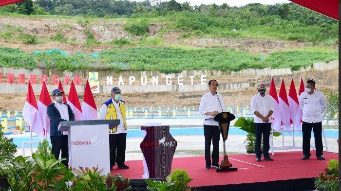 Presiden Jokowi Turun ke Sawah Sambil Hujan-hujanan di Sumba, Ditonton Warga, 'Ya Sawahe Hancur'