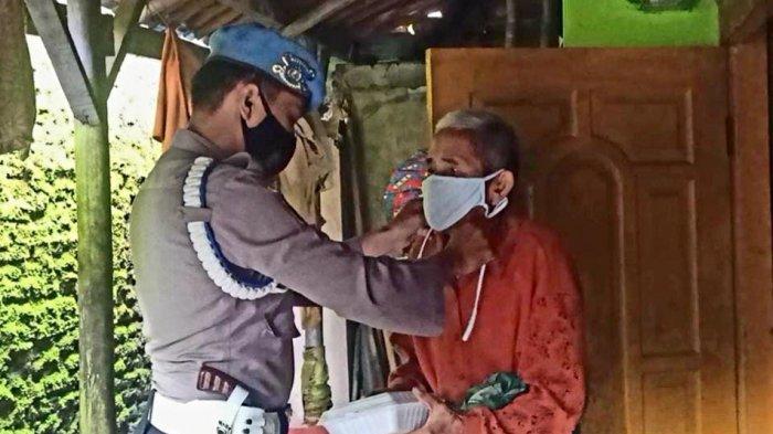 Jumat Berkah, Polisi di Majalengka Bagikan Nasi Kotak ke Anak Yatim dan Panti Jompo