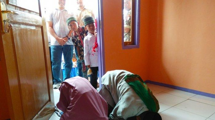JURU Azan Ini Sujud Syukur di Rumah Barunya, Sempat Hidup Prihatin & Tertimpa Reruntuhan Rumahnya