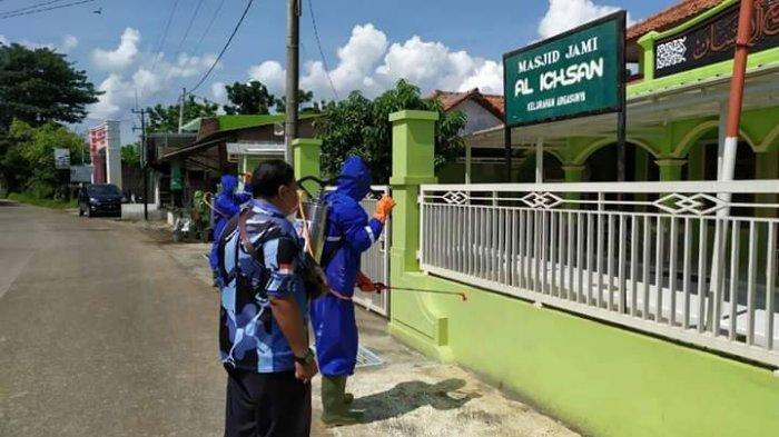 Anggota DPR RI Bersama Kader Partai Demokrat Semprot Disinfektan ke Masjid & Perumahan di Cirebon