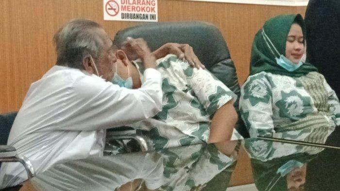Kasus Anak Gugat Orangtua Rp 3 M, Kakek Koswara Terus Peluk Deden Sambil Nangis, Deden Cabut Kuasa