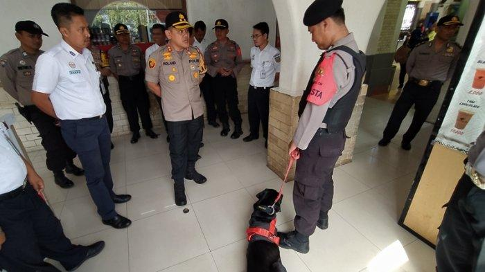 Tinjau Stasiun Cirebon, Kapolres Cirebon Bawa Anjing K-9