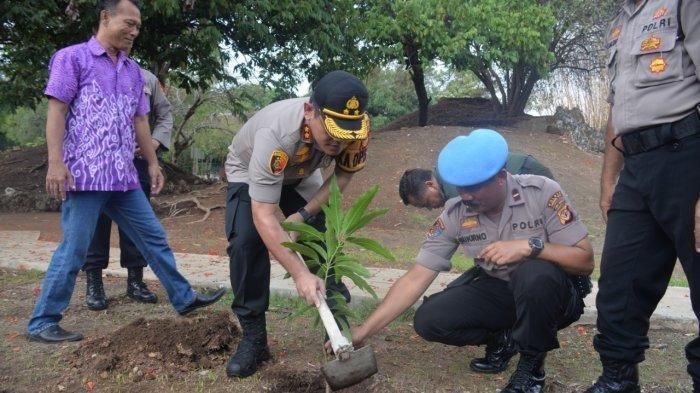 Dukung Sektor Pariwisata, Polres Cirebon Kota Tanam Pohon Mangga di Goa Sunyaragi