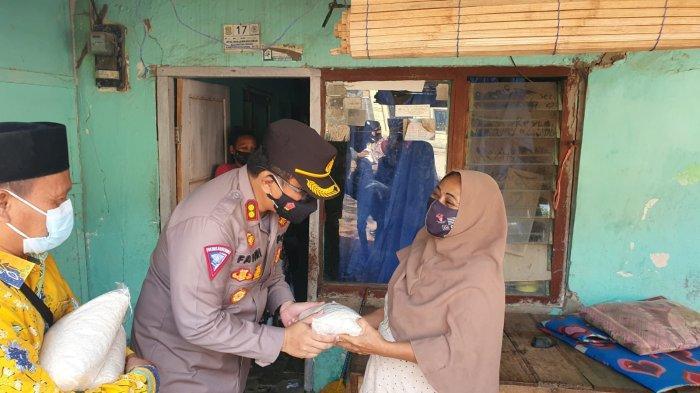 Kapolres Cirebon Kota Panggul Sendiri Beras, Bagikan Bantuan ke Rumah Warga di 2 Desa & 1 Kelurahan