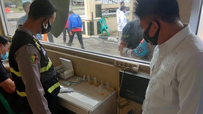 Personil Polres Indramayu dan Polsek jajaran saat menjalani tes urine secara mendadak di Mapolres Indramayu, Rabu (20/1/2021).