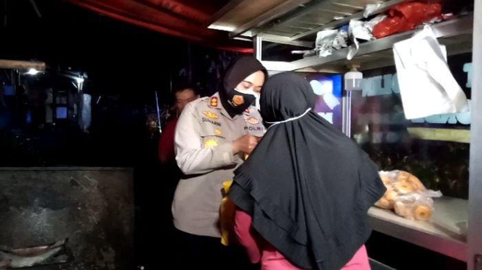 Kapolres Sukabumi Kota AKBP Sumarni saat bertemu dengan sepasang suami istri tukang gorengan di Kota Sukabumi, Jumat (23/7/2021) malam.