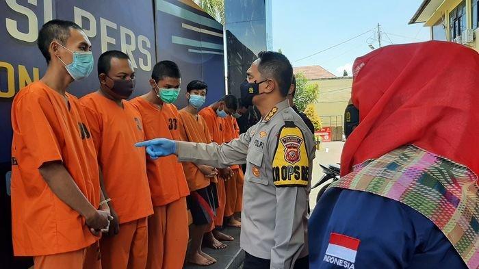 Polresta Cirebon Amankan Lima Pemuda yang Membawa Senjata Tajam Saat Nongkrong