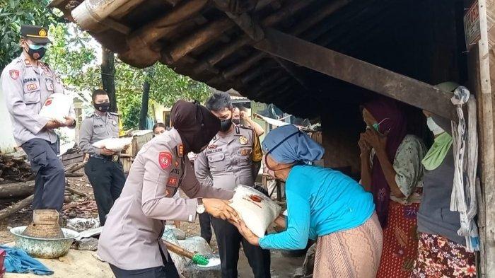 Polsek Cigasong Majalengka Bagi-bagi Bantuan untuk Panti Jompo