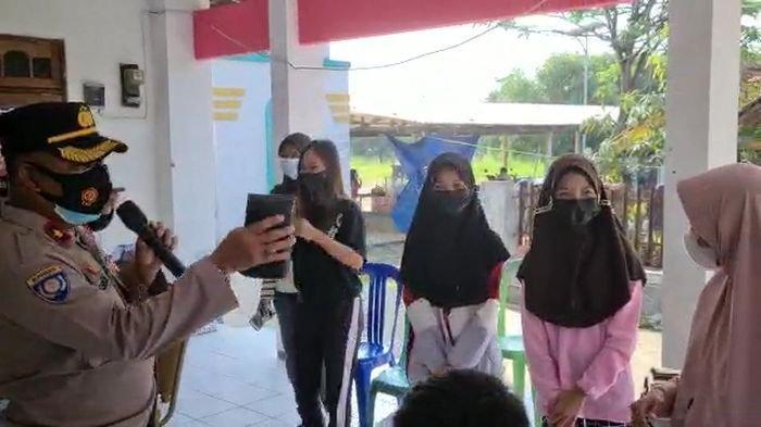 Senangnya 8 Siswa di Indramayu Ini Dapat Hadiah Dari Polisi, Berkat Ikut Vaksinasi Secara Sukarela