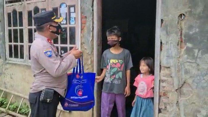 Terharu Dengar Adik Kakak Jualan Kerupuk Keliling Demi Keluarga, Kapolsek Losarang Beri Bantuan
