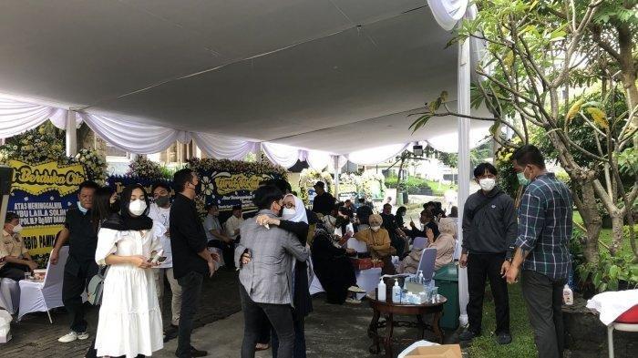Sejumlah Karangan Bunga Terpajang di Rumah Duka Laila Solihaty, Ibu Kandung Ketum PSSI Iwan Bule