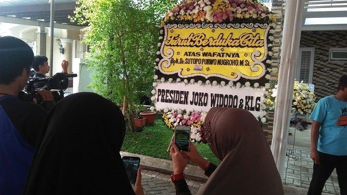 Karangan Bunga Penuhi Rumah Sutopo di Depok, Ada Dari Jokowi, SBY Hingga Pejabat Nasional