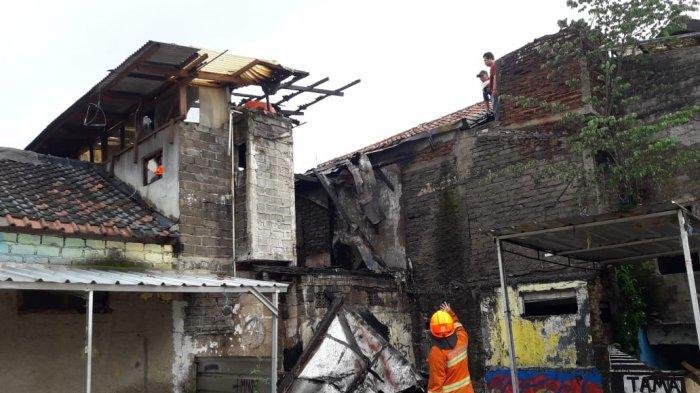 Sebuah Bangunan Rumah Kosong di Lokasi Penertiban Kawasan Tamansari Terbakar Tiba-Tiba