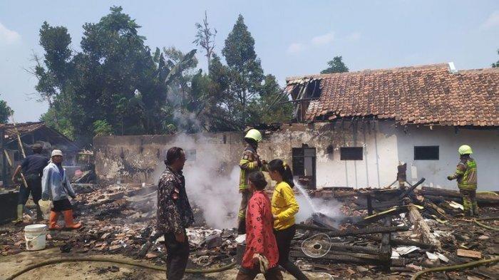 Sambil Menangis Cucun Mengorek-orek Puing Rumah yang Terbakar Mencari Simpanan Emas