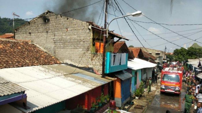 Hati-hati Ngecas HP Kelamaan Bisa Bikin Korsleting, Ini Contohnya Rumah 2 Lantai di Cimahi Terbakar