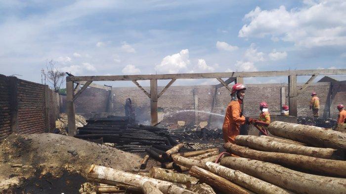 Empat Kios di Jalan Letjen Mashudi Kota Tasikmalaya Hangus Terbakar