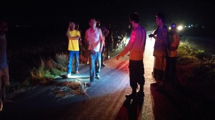 Akibat Jalan Rusak, Pemotor di Indramayu Alami Luka Berat Hingga Pingsan, Langsung Dibawa ke RS