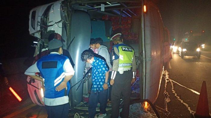 Bus Primajasa Terbalik di Tol Cipularang KM 84, Tujuh Penumpang Alami Luka-luka
