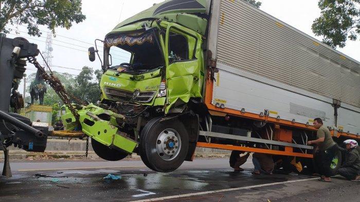 Truk Wing Box Ringsek Tabrak Truk Pengangkut Semen di Cikijing Cianjur, Sopir dan Kernet Terluka