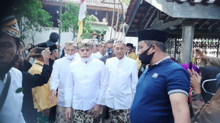 Warga Senang dapat Koin Surak dari Keluarga Keraton Cirebon di Grebeg Syawal, Dipercaya Penuh Berkah