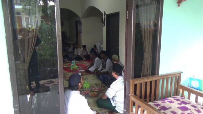 Masyarakat serta keluarga korban perampasan nyawa ibu dan anak saat menggelar pengajian secara rutin di rumah keluarga yang berada di Dusun Jalancagak, Desa Jalancagak, Kecamatan Jalancagak, Kabupaten Subang, Jumat (24/9/2021).